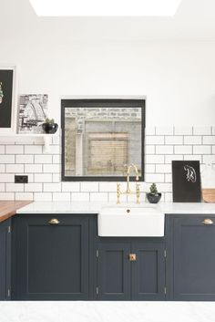 I love the dark detailing on the cabinetry in this London kitchen. The perfect balance of monochromatic darkest blue and white with touches of brass. The cupboards are from deVOL's Real Shaker range and are painted in 'Pantry Blue', paired with a mixture of Carrara marble and Iroko wood worktops. deVOL's 'Bella Bras