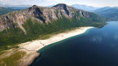 Ta av Fv17 ved Kjøpstad, kjør over brua og ta etter hvert til høyre mot Alsvik, et par mil inn på øya.  Sandviksanden er over 2 kilometer lang, og er nok en av de største sandstrendene du har sett i Norge.  Det store kunstprosjektet «SALT» ble gjennomført her gjennom 2014 og 2015.   Med et kjempeflott servicebygg med både toalett- og dusjmuligheter ligger det til rette for en flott dag på stranda. Det er fine gressletter for telting i bakkant av stranda, og det er en stor flott…