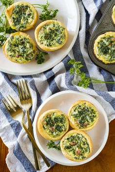 Mini Spinach Quiche -- these cute little mini quiche filled with spinach and bacon are a delicious and filling brunch idea! They're also very tasty cold, making them an excellent on the go breakfast option… Mini Quiche Recipes, Spinach Quiche Recipes, Spinach And Feta, Quiche Ideas, Mini Quiches, Croissant, Brunch Recipes, Breakfast Recipes, Breakfast Ideas