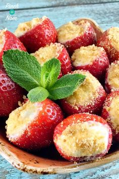 These Cheesecake Stuffed Strawberries are the perfect treat! We adore cheesecake and we missed it dearly after starting our weight loss journeys. These Cheesecake Stuffed Strawberries are the perfect solution. Slimming World Desserts, Slimming World Syns, Slimming World Recipes, Slimming World Cheesecake, Slimming Eats, Quark Recipes, Dessert Recipes, Afternoon Tea Recipes, Eating Eggs