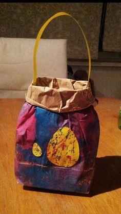 Paasmandjes beschilderen met een deegrol & versieren met knikkerverf-paaseieren! Easter fun!