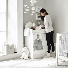 Baby room in gray and white – nice ideas and tips for gender-neutral room design - Babyzimmer Designer Baby, Baby Boy Rooms, Baby Boy Nurseries, Baby Room Grey, Room Baby, Grey Cot, Baby Nursery Grey, Grey Nurseries, Grey White Nursery