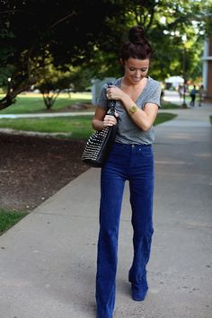Casual Friday or Weekend Outfit: t-shirt tucked into high-wasted jeans with a topknot. 70s Fashion, Fashion Outfits, Daily Fashion, Fashion Clothes, Spring Summer Fashion, Autumn Fashion, Wide Leg Denim, Wide Jeans, Bell Bottom Pants