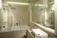 W łazience w stylu glamour nie mogło zabraknąć wanny, jednak wyposażona  w parawan zapewnia możliwość kąpieli również pod natryskiem. Projekt: Małgorzata Borzyszkowska. Fot. Bartosz Jarosz.
