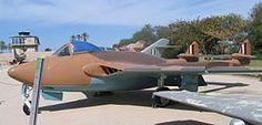 de Havilland DH.112 Venom - Wikipedia, la enciclopedia libre El de Havilland DH.112 Venom ('veneno' en inglés) fue un cazabombardero monoplaza de post-guerra de la Royal Air Force. Se construyeron también versiones biplaza, de caza nocturno y para la Fleet Air Arm (FAA), de la Royal Navy (RN).