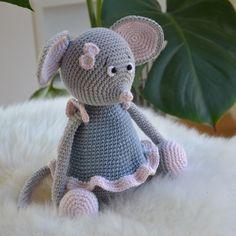 Fie - Hiiri Ohjeet Crochet Kawaii, Crochet Mouse, Knit Or Crochet, Crochet Hooks, Crotchet Patterns, Crochet Patterns Amigurumi, Knitting Patterns, Super Cute Animals, Cute Mouse