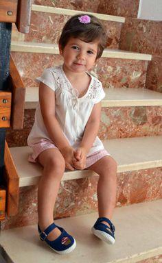 Lucía ya se ha adelantado al veranito con sus zapatillas de Lolitaluna. Está super guapa  Puedes encontrar este modelo de zapatillas en nuestra web: https://lolitalunakids.files.wordpress.com/2013/10/lolitaluna-merceditas-cupcake.jpg