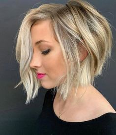 hair inspiration short Want to style short wavy hair like a pro Dont pass by this useful post! Some useful tips amp; inspiring ideas are here for you to find the best wavy hairdo. Short Stacked Bob Haircuts, Short Wavy Hairstyles For Women, Modern Bob Hairstyles, Haircuts For Wavy Hair, Short Hair Cuts, Short Hair Styles, Short Wavy Bob, Long Bob, Pixie Haircuts