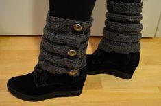 Neulotut säärystimet Novita Mambo -langasta (puikot nro 8, 29 silmukkaa) lämmittämään nilkkoja talven kylmiin, lumisiin maisemiin. Leg Warmers, Legs, Boots, Accessories, Fashion, Tricot, Leg Warmers Outfit, Crotch Boots, Moda