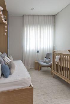 Quarto de bebê em azul, branco e bege