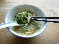 Soupe crue mais chaude (miso, gingembre, Courgette, épinards, champignons, échalote, aramé)