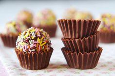 brigadeiro com granulados coloridos e forminha de chocolate.