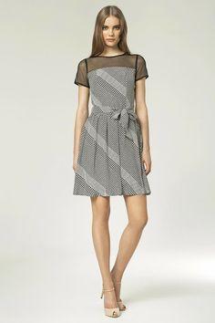 Petite robe imprimée, manches courtes, avec empiècement en tulle.