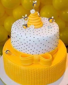 Good morning with this perfect cake ! Via: Afestaqueeuquero Official Gorgeous Cake Via @ . Bee Cakes, Fondant Cakes, Cupcake Cakes, Fondant Bee, Gorgeous Cakes, Pretty Cakes, Amazing Cakes, Rodjendanske Torte, Specialty Cakes