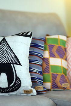Housses de coussin confectionnées à la main à partir de différents tissus traditionnels africains. Ces housses de coussin carrés sont idéales si vous êtes à la recherche de coussins tendances qui apporteront beaucoup de charme à votre salon bohème ou ethnique.  Toutes nos housses de coussin sont dotées d'une fermeture éclaire très discrète pour que vous puissiez changer de déco' en un clin d'oeil. African Fabric, Deco, Fabrics, Throw Pillows, Africans, Linens, Ethnic, Traditional, Cushions