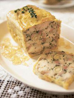 テリーヌとは、すりつぶした肉や魚をベースに、お好きな野菜をテリーヌ型やパウンドケーキ型に入れてつくったフランス料理のこと。最後に豚の背油やコラーゲンで固めるのが本場フランスの作り方です。また、レシピによってはオーブンで焼くこともあります。