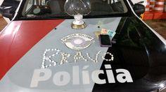 Euipe Bravo da PM prende homem com crack e cocaína na Cohab II -   A equipe Bravo da Polícia Militar registrou na noite desta segunda-feira, 27, um caso de tráfico de entorpecente na Rua Ari Thomaz Simoneti, na Cohab II. Segundo boletim de ocorrência, os policiais Cabo Lofiego e Soldado Sarto realizavam patrulhamento pelo local, quando avistaram um - http://acontecebotucatu.com.br/policia/euipe-bravo-da-pm-prende-homem-com-crack-e-cocaina-na-cohab-ii/