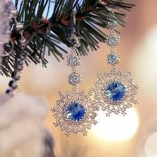 Free pattern and tutorial for handmade beaded rivoli snowflake earrings. Made by beadweaving a bezel using seed beads. Diy bead jewellery making Beading Projects, Beading Tutorials, Wire Crafts, Jewelry Crafts, Jewelry Ideas, Jewelry Patterns, Beading Patterns, Bead Jewellery, Beaded Jewelry