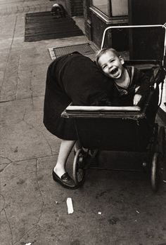 I just love Helen Levitt and her NY streetphotography! She makes New York seem like a small village. (1942)
