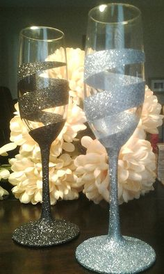 Custom Swirl Champagne Flutes by ClassiGlass on Etsy More ***Etched*** Glitter Wine Glasses, Diy Wine Glasses, Decorated Wine Glasses, Painted Wine Glasses, Champagne Glasses, Diy Wedding Champagne Flutes, Diy Wedding Glasses, Champagne Birthday, Decorated Bottles