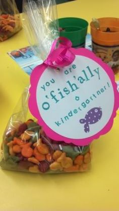 Mobile Photobucket Cute idea for the beginning of school! Or can make them for party. Can also use Gold fish snack packs