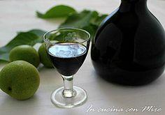 Il nocino liquore amaro e digestivo gradito dopo un lauto pranzo e che preparo ogni anno il ventiquattro giugno giorno di San Giovanni.