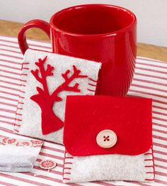 Little felt pouches make the perfect gift! Fill them with purchased tea bags for a winter present that can be used over and over again.