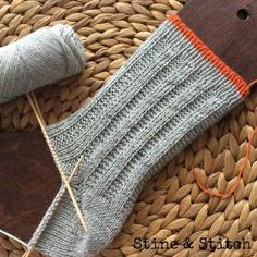 Baby Knitting Patterns Mittens Socks with right / left pattern by Stine & Stitch (Diy Baby Mittens) Baby Knitting Patterns, Knitting Blogs, Knitting Socks, Knitting Projects, Hand Knitting, Crochet Patterns, Knitting Wool, Crochet Pullover Pattern, Knit Crochet
