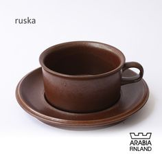 """ARABIA ruska  製造期間:1960年~1990年代 ウラ・プロコッペ(Ulla Procope)の作品の中で有名であるRuska(ルスカ)シリーズ。 「紅葉」と言う名のRUSKAは、1960年にデザインされ独特の釉薬により1点1点が異なります。 民藝的な雰囲気があり、温かみと落ち着きのある色合いが和食器との相性も良く、日本の家庭によく合う食器です。   designer デザイナー:ウラ・プロコッペ/Ulla Procope 1948年にARABIAに入社。ARABIAを代表する女性デザイナー。 数多くの有名デザイナーを抱えるARABIAの中でも Kaj Franck に次ぐ存在で""""Liekki""""をはじめ、 素朴な感じのする女性らしい実用的な作品を数多く残しています。 短い生涯の間に作成された作品は今も色あせない魅力を放っている。 Ceramics, Brown, Life, Ceramica, Pottery, Brown Colors, Ceramic Art, Porcelain, Ceramic Pottery"""