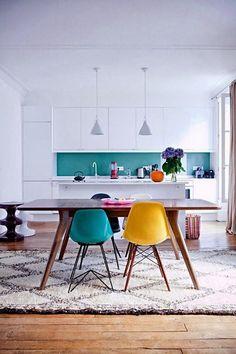 Cozinha americana clean com sala de jantar com tons coloridos