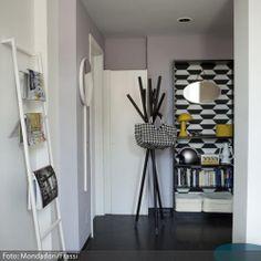 Der Kleiderst�nder im Eingangsbereich und die Regalwand mit Grafikmustern sorgen f�r Retro-Charme. Die Leiter zum Anlehnen dient als dekorativer Zeitschriftenhalter.