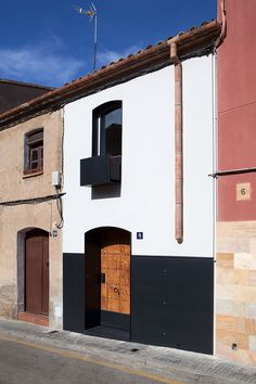 Comprehensive rehabilitation of 1900 housing in the old town of Viladecavalls. Originally, the house already had ground floor, floor and cellar, all adapted . Design Exterior, Facade Design, House Design, Unusual Homes, Spanish House, Village Houses, Mediterranean Homes, Facade Architecture, Facade House