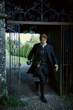 Here are a few new stills of the Outlander cast from season 2 See more stills after the jump! –