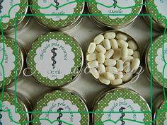 Latinha prateada com rótulo personalizado e balas de menta  Carac.: 5 cm diâmetro x 1 cm altura e etiqueta com 5 cm diâmetro    Consulte o tema e cores de sua preferência.