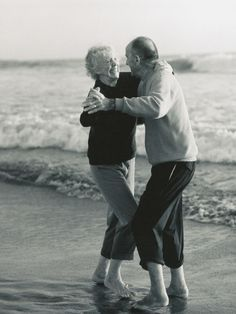 I love old couples , they are the proof of true love Vieux Couples, Longest Marriage, Grow Old With Me, Growing Old Together, Lets Dance, Shall We Dance, Jolie Photo, Happy Marriage, Marriage Romance