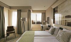 Vlieland: standaard of premium tweepersoonskamer met fietshuur Divider, Restaurant, Curtains, Room, Furniture, Home Decor, Bedroom, Blinds, Decoration Home