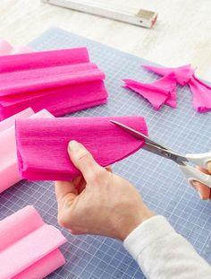 Schultüte: Krepppapier zuschneiden