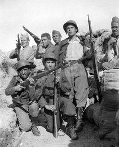 GUERRA CIVIL ESPAÑOLA: ZONA REPUBLICANA.- Madrid.- El teniente del Ejército Republicano Mariano Arribas Moreno (agachado, d), junto a unos milicianos en una trinchera en la Ciudad Universitaria. (Foto sin fecha, 1936-1939).
