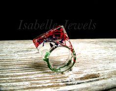 ❀ Anello realizzato in resina con inclusione di muschio, fiori rossi e viola. Isabellejewels.com #ring #flowers #fiori #gioielli #jewelry #jewellery #jewels #fiori #nature #natura #resin #arts #arte #artistic #art #designer #artist #fashion #look #artwork #design #creative #artigianato #italia #italy #handmade #nice #pretty
