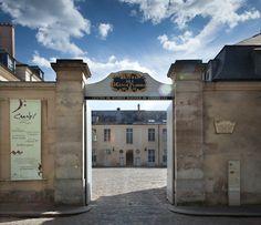 """Entrée du CMBV (Centre de musique baroque de Versailles) avec son inscription  """"Hôtel des Menus Plaisirs du Roi"""""""