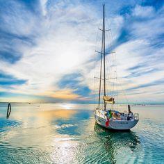 Italia 15.98. Sunset in the Venice Lagoon. Photo Nicola Brollo / Five Zone #Sailing #Cruising #Venice #Italiayachts
