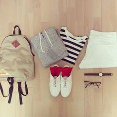 ホワイトのパンツと赤い靴下にボーダー可愛いですね〜。