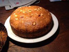 Hazelnootcake met cranberries overgoten met hazelnoot sinasappelsiroop.
