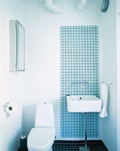 15. FELT MED FLISER. Adskil håndvasken fra toilettet med et afgrænset felt af farvestrålende fliser. Det får et lille badeværelse til at virke større, fordi det skaber et rum i rummet. Og så beskytter det væggen bag håndvasken mod smuds. En både æstetisk og praktisk måde at få stillet sin lyst til smukke fliser. (bolig magasinet nr. 49)