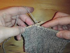 HÆLFELLING Her er ei oppskrift i tekst og bilder på hvordan man feller til hæl på lester. Fingerless Gloves, Arm Warmers, Diy And Crafts, Crochet Earrings, Drop Earrings, Fashion, Blogging, Fingerless Mitts, Moda