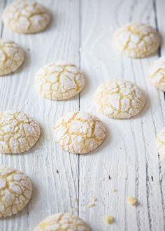 Qualcuno forse ricorderà i crinkle cookies al cioccolato, questa ne è una versione 'bianca', anche se la composizione in fini dei conti varia e...