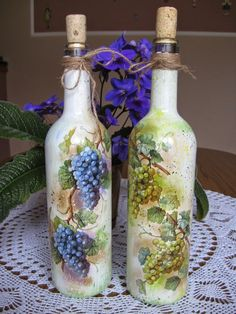 how to fabric decoupage wine bottle Glass Bottle Crafts, Wine Bottle Art, Painted Wine Bottles, Hand Painted Wine Glasses, Diy Bottle, Decoupage Glass, Wine Craft, Jar Art, Bottle Painting