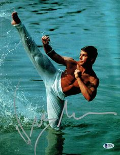 Jean Claude Van Damme has an extremely flexible body. Martial Arts Movies, Martial Artists, Muay Thai, Karate Shotokan, Motivation Sportive, Claude Van Damme, Actor Quotes, Action Poses, Bruce Lee