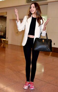 Miranda Kerr Photos Photos - Model Miranda Kerr arrives at Tokyo International Airport in Tokyo, Japan. - Miranda Kerr Arrives in Tokyo Miranda Kerr Outfits, Miranda Kerr Street Style, Model Street Style, Miranda Kerr Fashion, Celebrity Look, My Outfit, Fashion Models, Casual Outfits, Fitness