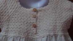 ¡Justo a tiempo para la primavera! Vestido de tamaño 4T cálido beige 100% algodón Natural. Pintado a mano con dos carboneros en las ramas llenas de flores de Primavera rosa. La paleta incluye rosa, marrón, verde y azul cielo. Pintura sobre el frente y atrás. Lavadora en un ciclo suave., colgar para secar.  ¿Planificación de una boda? ¿Sería un lindo vestido de niña de las flores?  El vestido es hecho en Bolivia por los miembros de una cooperativa de comercio justo, ayudando a la ayuda de la…